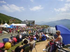 Fãs aguardando a passagem dos atletas do Le Tour de France