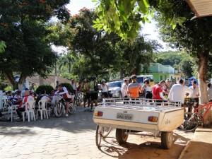 Café da Manhã na rua principal de Monjolos