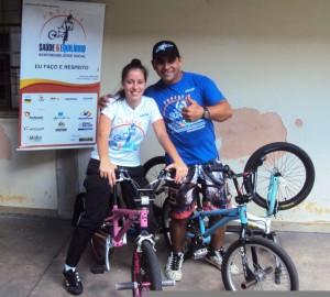 Os acrobatas Beto Bikers (de Uberlândia) e Andrêssa (de Patos) são voluntários do Projeto