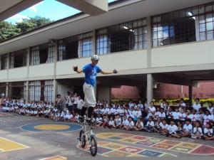"""Clovin na acrobacia """"surf"""" em evento recente na Escola Municipal Frei Leopoldo, em Patos"""
